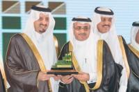 فيصل بن خالد يكرم كبير المذيعين بالتلفزيون السعودي