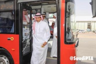 بالصور.. الوزير العامودي يستقل حافلة النقل الجماعي على خط البلدة بالرياض - المواطن