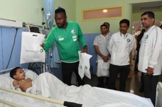 بالصور.. أخضر المونديال يزور أحد المستشفيات في إسبانيا - المواطن