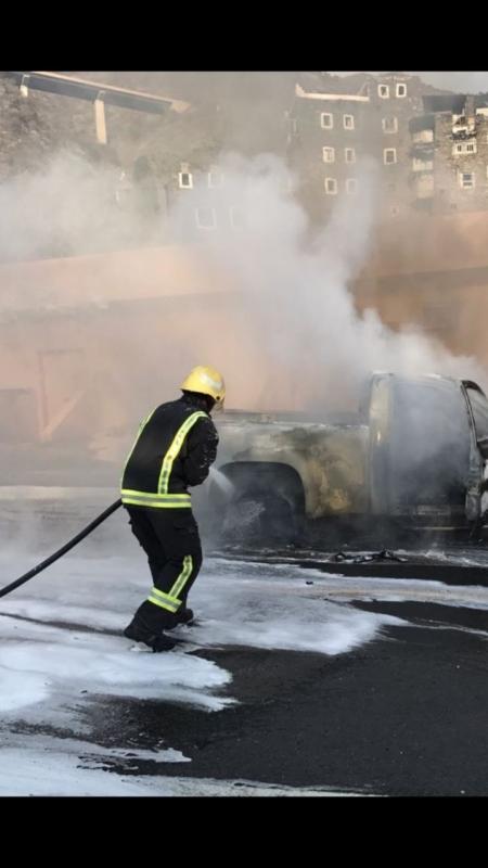 شاهد.. إخماد حريق شب بسيارة في القرية التراثية