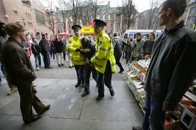 مقتل أحد محتجزي الرهائن وإصابة شرطيين في متجر لبيع الأطعمة بباريس .