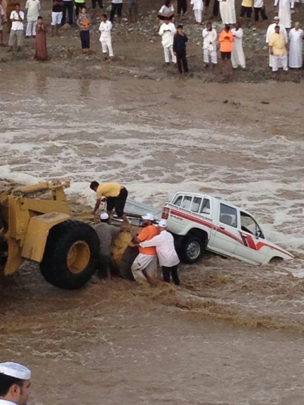 بالصور .. إنقاذ مسن وسائقه من سيل وادي الحناء - المواطن
