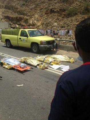 وفاة رجل وأربع سيدات في حادث اصطدام سيارة بباص ببارق
