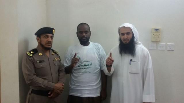 سجين سيرلانكي يشهر إسلامه بسجن رجال المع