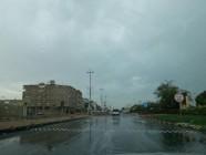 الغيوم تغطي سماء الخفجي والبلدية ترفع مياه الأمطار من الشوارع