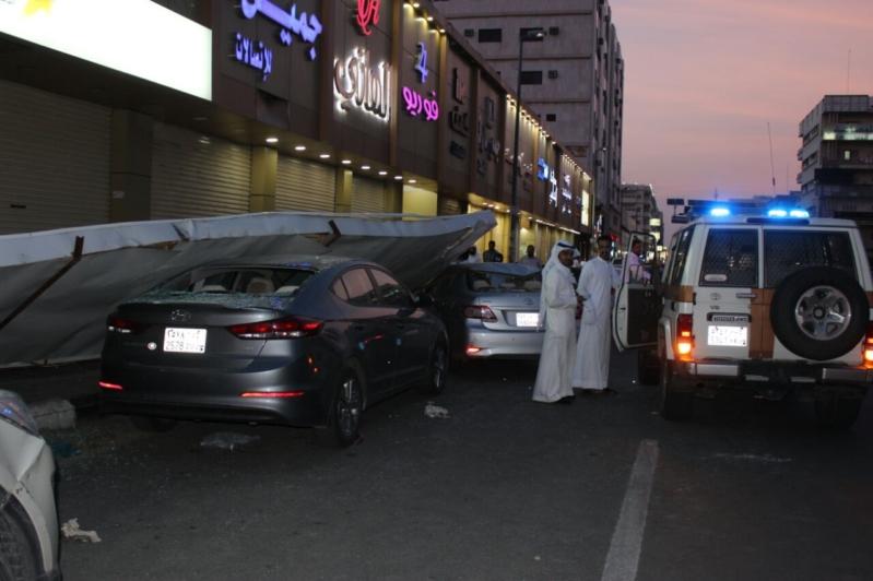 نجاة عائلة في سقوط لوحة ضخمة على مركبتان بالطائف