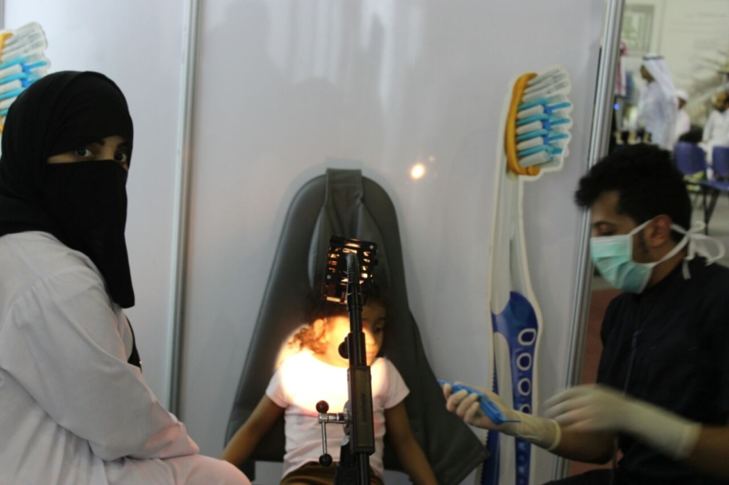 الكشف على أسنان طفلة زائرة