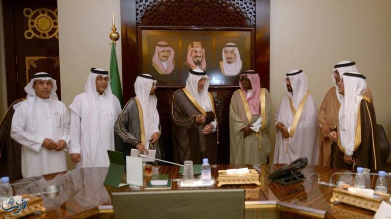 خالد الفيصل يسلم جائزة الفلكلور الشعبي لفرقة محافظة اضم