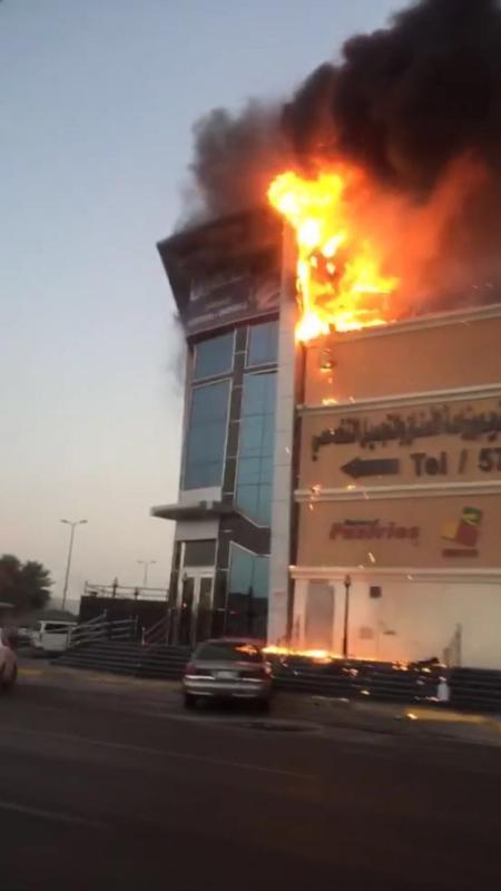 مدني الآحساء يسيطر علي حريق بمداخن مطعم.. وأضرار بوحدات تكييف