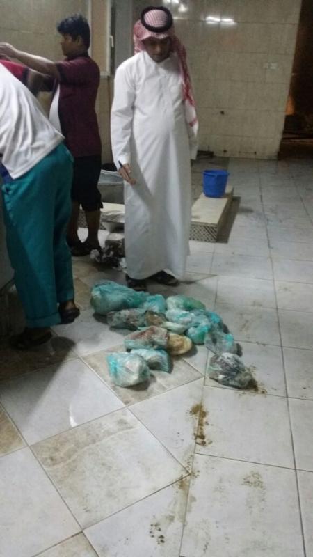 بلدية القوز تغلق مطهم شهير لوجود لحوم متعفنه