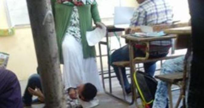 معلمة مصرية تدوس طالبا بقدميها