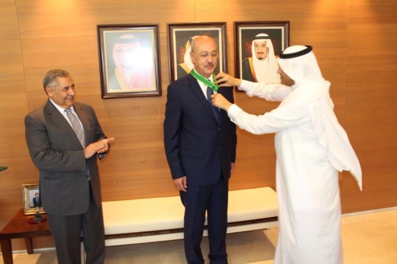 سفير خادم الحرمين بالاردن يقلد الشمايلة وسام الملك عبدالعزيز