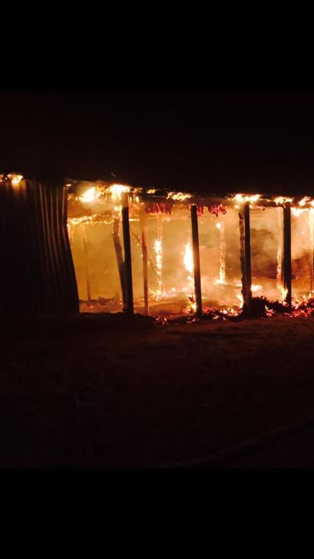 بالصور .. حريق يلتهم 4 حظائر للماشية بالحفر