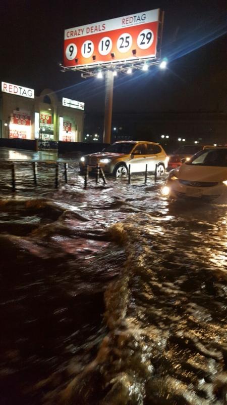 بالصور.. تراكم مياه الأمطار يعرقل المرور بطريق الملك فهد في الدمام - المواطن