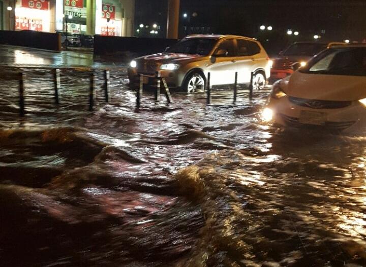بالصور.. تراكم مياه الأمطار يعرقل المرور بطريق الملك فهد في الدمام
