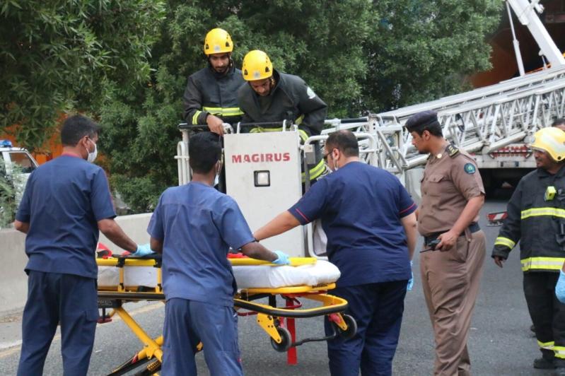 بالصور.. إنقاذ باكستانية سقطت من منحدر جبلي بمكة
