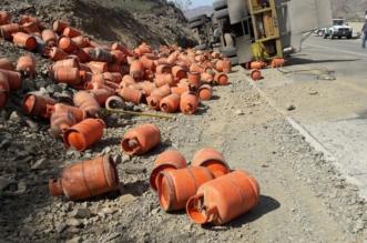 صور انقلاب شاحنة تحمل 735 أسطوانة غاز بعسير - المواطن