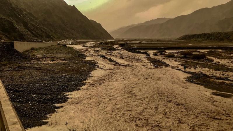 السيول تحتجز مركبة بها شخصان في وادي بيان في العرضيات
