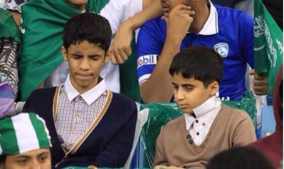 بالصور.. طفلان مكفوفان في استاد الملك فهد لمساندة الأخضر - المواطن