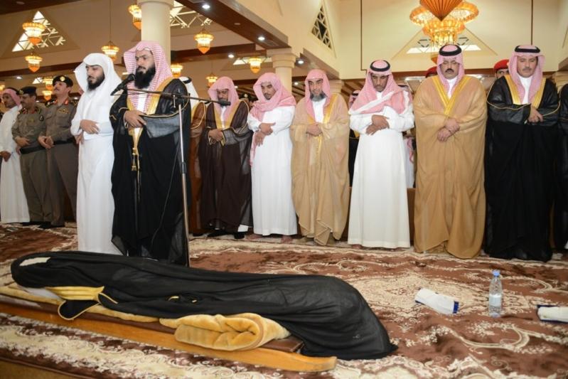 أمير المنطقة الشرقية يعزي ذوي الشهيد عبدالسلام العنزي