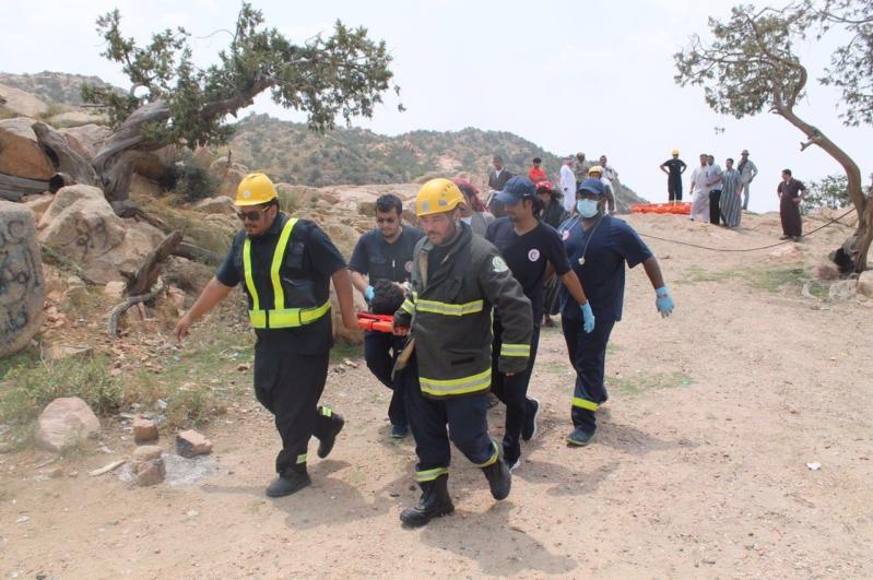 مدني الطائف يستخرج شخص سقط من منحدر بالشفا