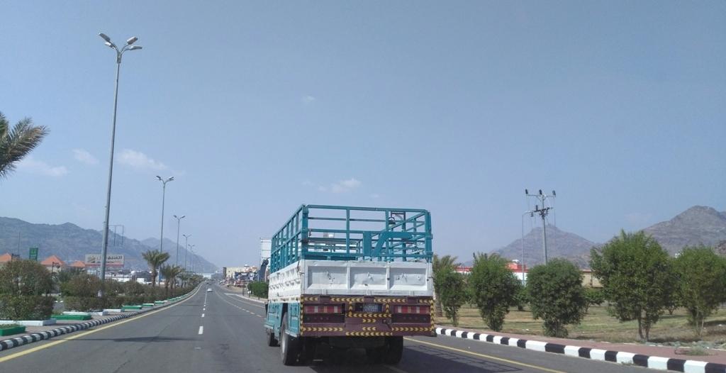 ضبط 318 شاحنة مخالفة داخل أحياء جدة