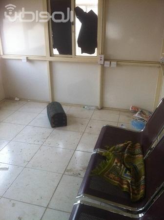 مراجعو مكتب أحوال مكة ينتظرون وسط القمامة والمخلفات - المواطن
