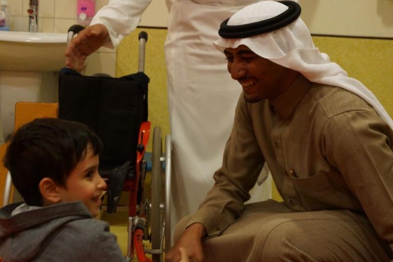 مدرب المدربين والجودة يزور الأطفال المعوقين بعسير ويجرب الكرسي ويلتحق بعضوية الجمعية