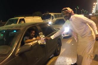 بالصور.. بلدية الدرب بجازان تعايد الموطنين بياقات ورود تحمل رسالتين - المواطن