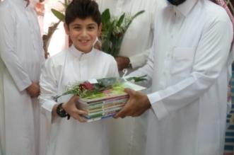 بالصور.. تعليم شرق الرياض يصافح الطلاب وأولياء الأمور والمعلمين بالورود - المواطن