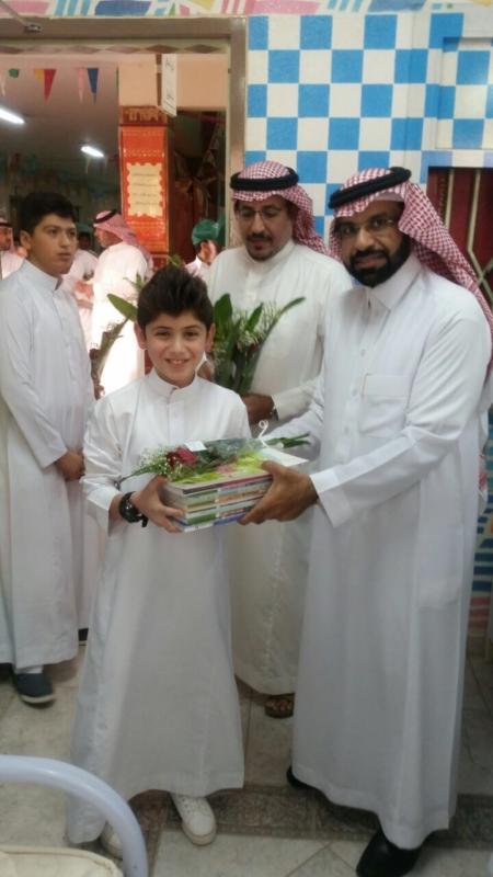 بالصور.. تعليم شرق الرياض يصافح الطلاب وأولياء الأمور والمعلمين بالورود