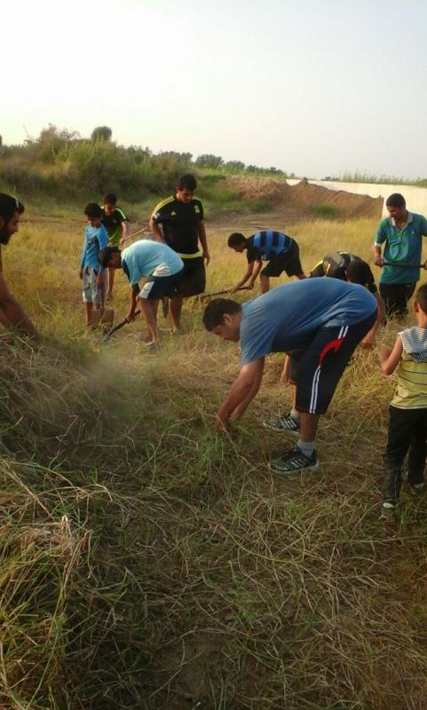 شباب يتطوعون لتنزيه مقابر الموتى في جازان بعد غياب البلديات