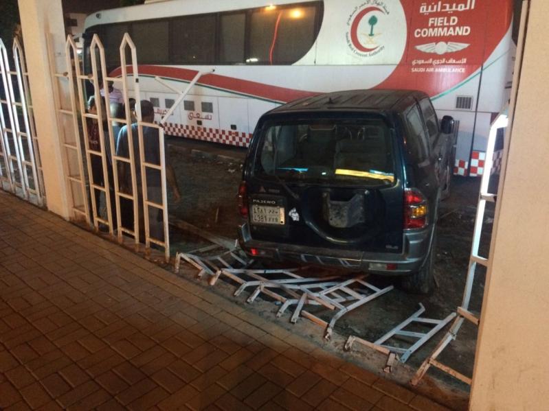 عاجل سيارة تقتحم مبنى الهلال الأحمر بجازان