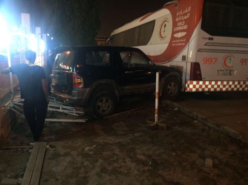 سيارة تقتحم مبنى فرع هيئة الهلال الأحمر بجازان