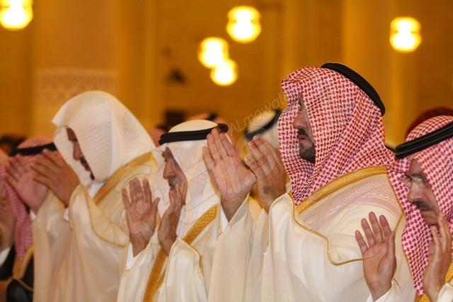 """شاهد بالصور .. """"المواطن"""" ترصد صلاة العيد واستقبال أمير الرياض للمهنئين"""