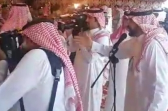 """شاهد.. قصيدة شاعر """"قلطة الوطن"""" الفائز بالمليون دولار أمام فيصل بن خالد ونائبه - المواطن"""