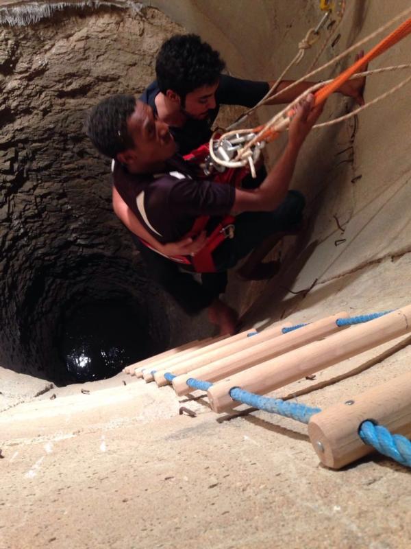 شاهد .. إنقاذ أثيوبي سقط في بئر بعمق ١٤ متر بالحناكية