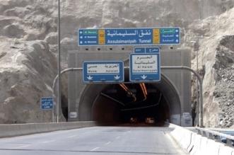 بالصور.. 350 طنًّا من الأسفلت لمعالجة وردم الحفر والتشققات بمواقع متفرقة في مكة - المواطن