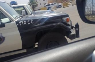 يتجول بسيارة خليجية ويدعي الحاجة فأطاحت به شرطة خميس مشيط وبحوزته مبلغ كبير - المواطن