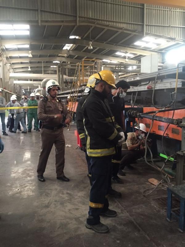 فاة عامل احتجزته بكرات تسخين الزجاج بمصنع في ينبع