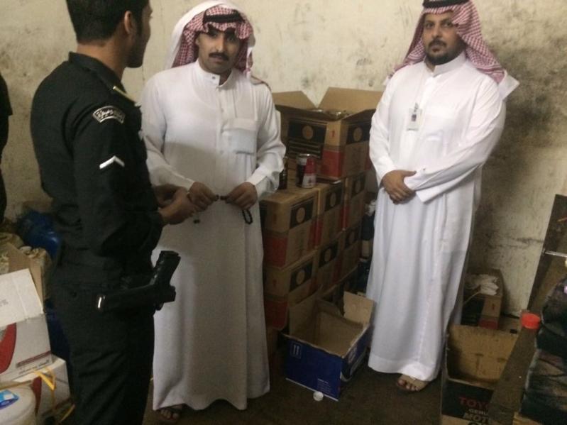 بالصور .. تجارة رفحاء بالتعاون مع الدوريات الأمنية تضبط أكثر من 700 علبة زيت سيارات مغشوشة