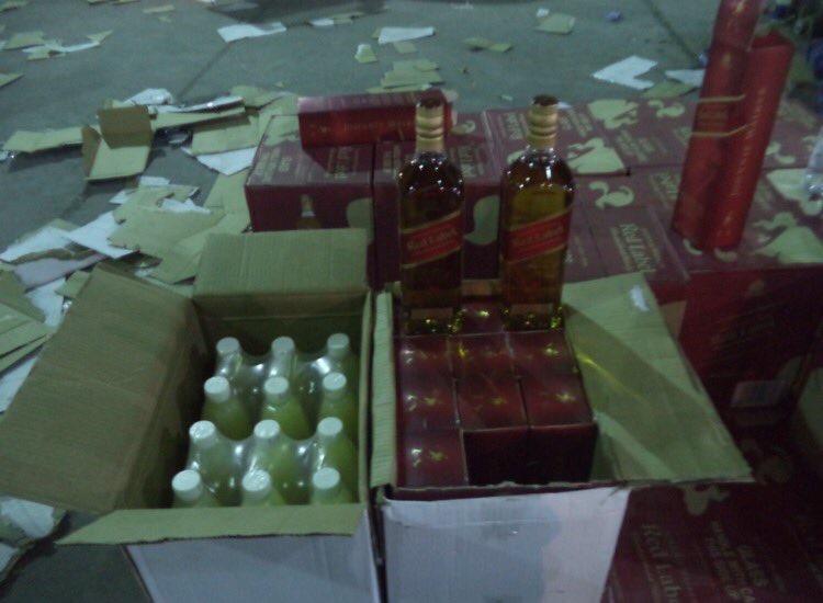 احباط تهريب 15600 زجاجة خمر مخبأة بإرسالة عصير