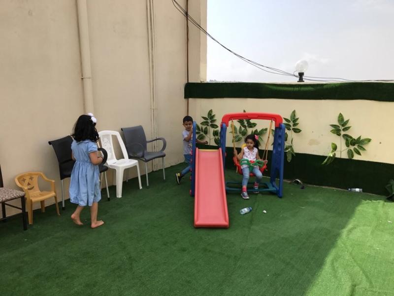 بالفيديو والصور.. شاب يحول سطح منزله لمقهى ريفي يجتذب السياح بأقواز عسير - المواطن
