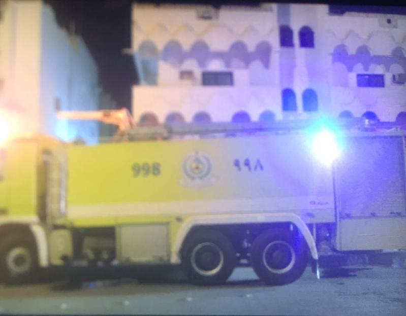 بالصور .. إصابة مسن باختناق في حريق عمارة سكنية بالمدينة