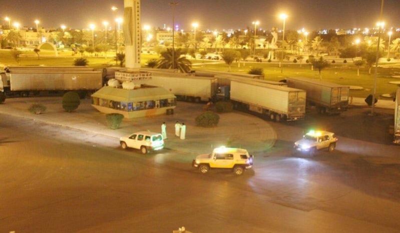 شاهد .. عمليات اتلاف 25 شاحنة دجاج فاسد قبل توزيعها في القصيم