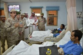بالصور.. مساعد قائد المنطقة الجنوبية يشارك المصابين بالحدود الجنوبية فرحة العيد - المواطن