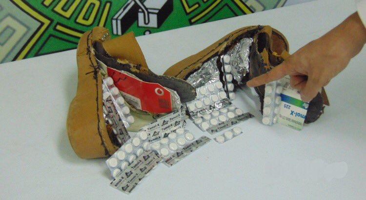 بالصور .. احباط تهريب كمية من حبوب الترامادول خبئت داخل أحذية