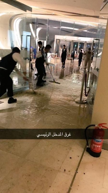شاهد .. مياه الأمطار تقتحم مبنى أرامكو .. والكلباني : جاء المفتش من فوق