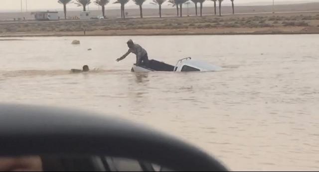 شاهد .. غرق وافد مصري داخل وادي إسكان مطار الملك خالد
