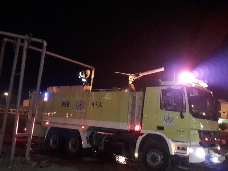 بالصور .. مدني عرعر يباشر حريق ضخم بالمنطقة الصناعية